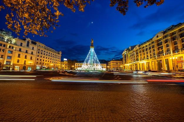 トビリシのメイン広場-ライトとお祝いのイルミネーションで作られたクリスマスツリーのある自由広場