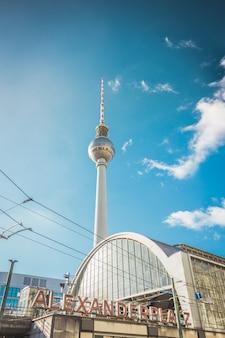 Главный вокзал со знаменитой телебашней в берлине, германия.