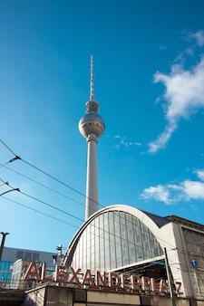 ドイツ、ベルリンの有名なテレビ塔のある中央駅。