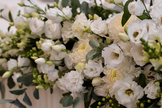 Главный стол на свадебном приеме с красивыми живыми цветами