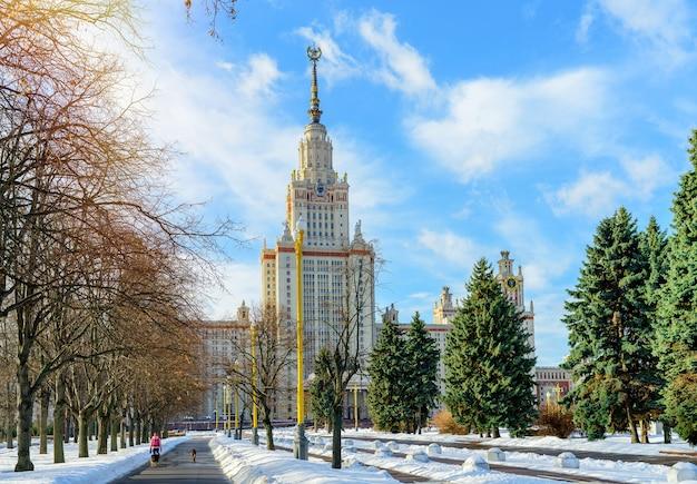 Зимний вид на главный московский университет из парка