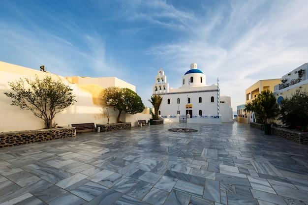 Oia 마을에있는 panagia platsani의 주요 흰색 파란색 정교회. 산토리니.