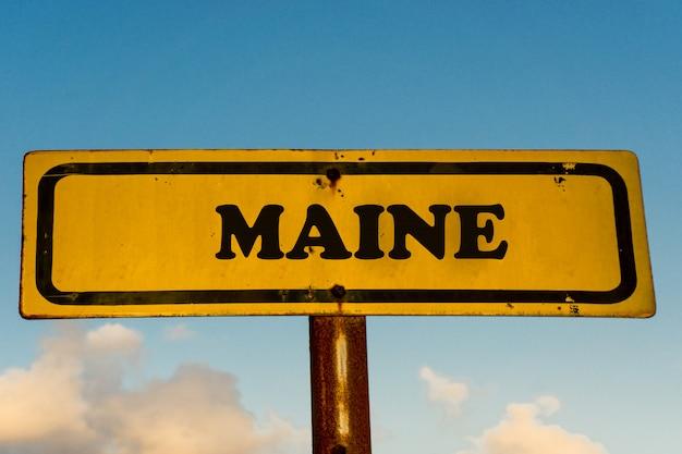 青い空と古い黄色の看板にメイン州
