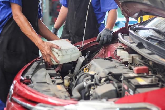 メンテナンス車の修理の自動車労働者。