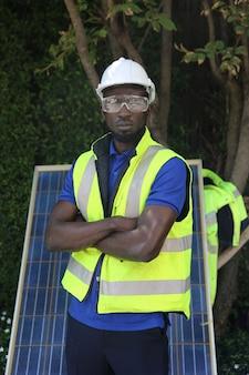 재생 가능 에너지 원을 위한 태양 에너지 시스템을 설치하는 유지 보수 엔지니어