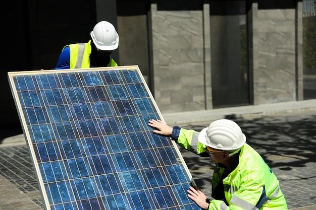 유지 보수 엔지니어 태양 에너지 시스템 엔지니어가 분석을 수행 태양 전지 패널
