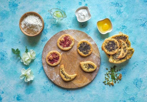 スパイスとトウモロコシのケーキ。ハーブとスパイスの小麦トルティーヤ。手作りケーキ。アラビア料理。