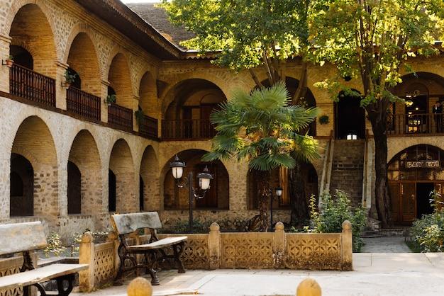 雄大な古代ヨーロッパの石造りの建物、美しい建築