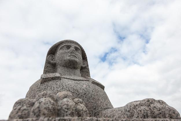空を背景に雄大な花崗岩の石のスフィンクス