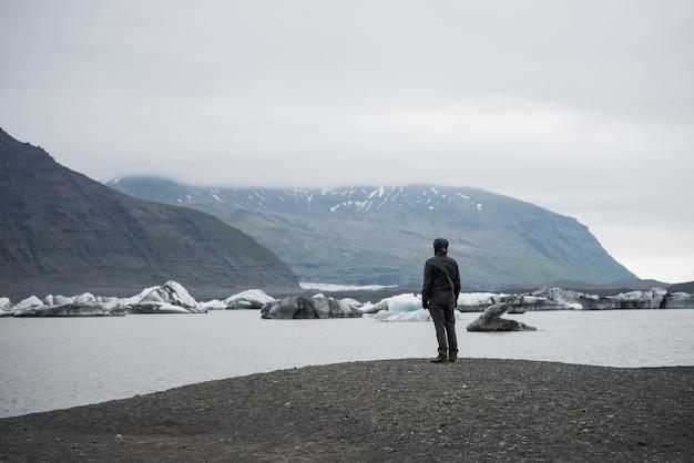 アイスランドのヴァトナヨークトル氷河の雄大な氷山ラグーンfjallsarlon。ヴァトナヨークトル国立公園の観光観光。素晴らしい景色