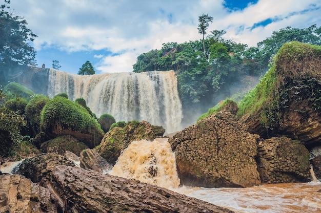 Величественный пейзаж водопада слон в летнее время в провинции лам донг, далат, вьетнам