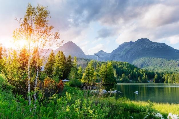 国立公園高タトラの雄大な山の湖。 strbske ples