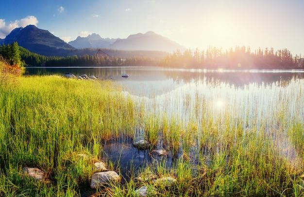 Величественное горное озеро в национальном парке высокие татры. штрбске плес