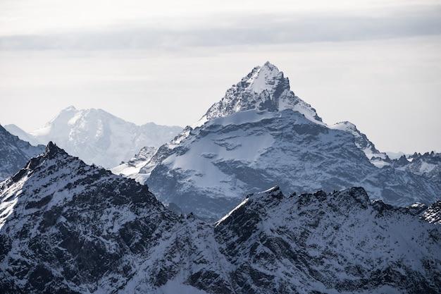 雪に覆われた雄大な山頂。コーカサスリッジ