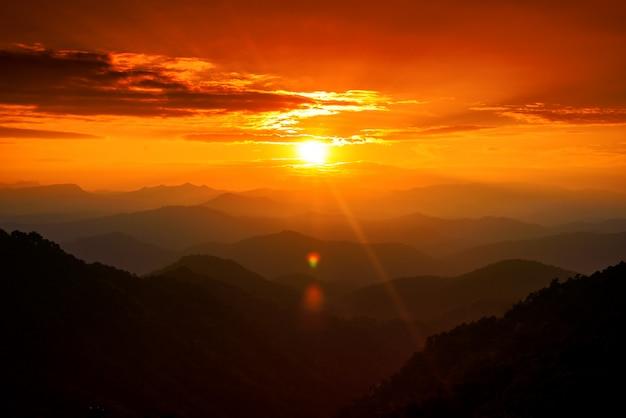 雲、チェンマイ、タイの夕焼け空の雄大な山の風景
