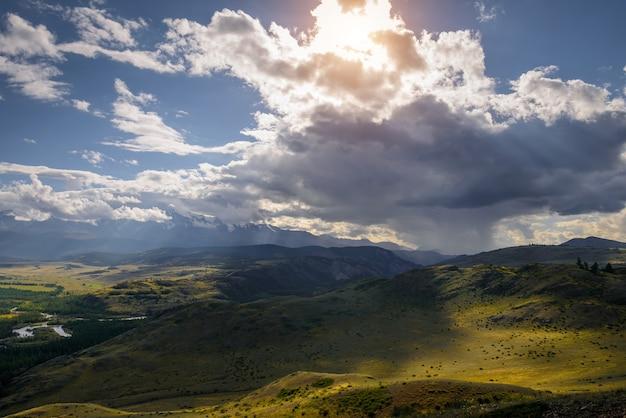 雷雨前の雪に覆われた尾根の表面の山の平野の雄大なパノラマ