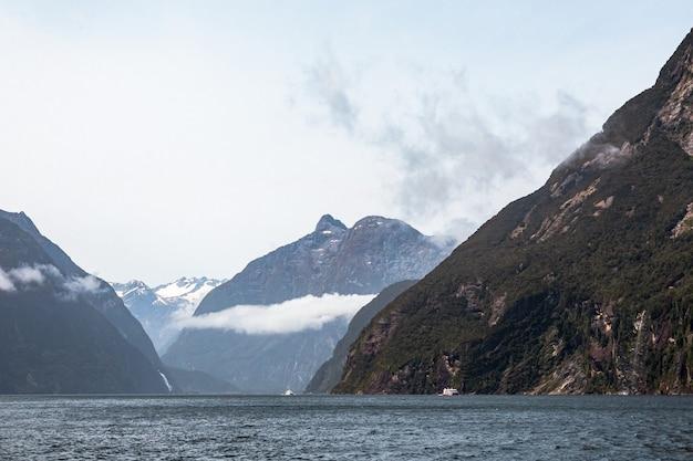 Величественные вершины среди облаков в национальном парке южный остров новой зеландии