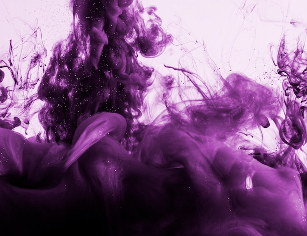 Maestosa nuvola di fumo viola in acqua