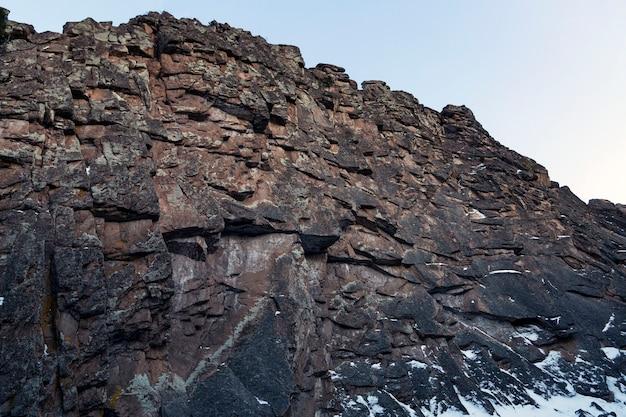 Величественные скалы на фоне голубого неба альпинизм красота природы