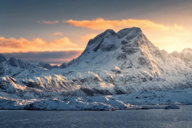 美しい高雪の雄大なシーンは、冬の夕暮れ時の山をカバーしました。ロフォーテン諸島、ノルウェー。