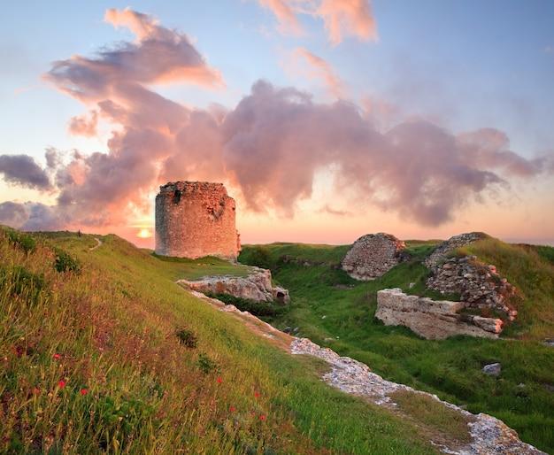 Величественный летний закат на древнюю крымскую крепость