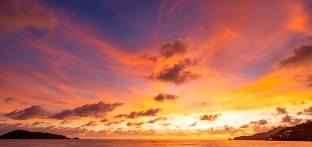 장엄한 일몰 또는 일출 풍경 자연 cloudscape 하늘과 멀리 이동 하는 구름의 놀라운 빛 물 바다 표면에 반사와 함께 다채로운 어두운 일몰 구름을 압연 놀라운 보기입니다.