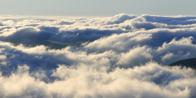 夜明けの雄大な眺め。山の中の雲。自然な背景