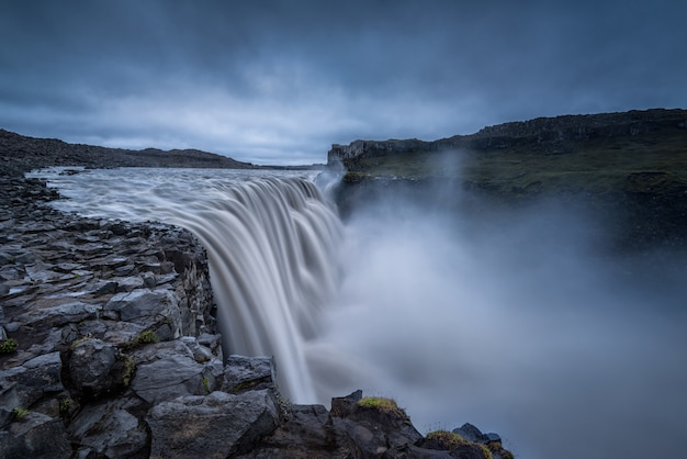 Величественные водопады на скалистой местности