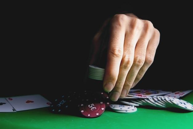 카지노 게임 테이블에서 포커를하는 주요 움직임