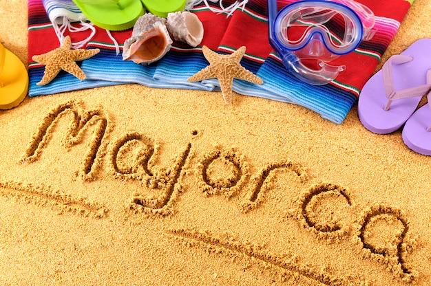 マジョルカ。浜辺の砂に書かれたテキスト