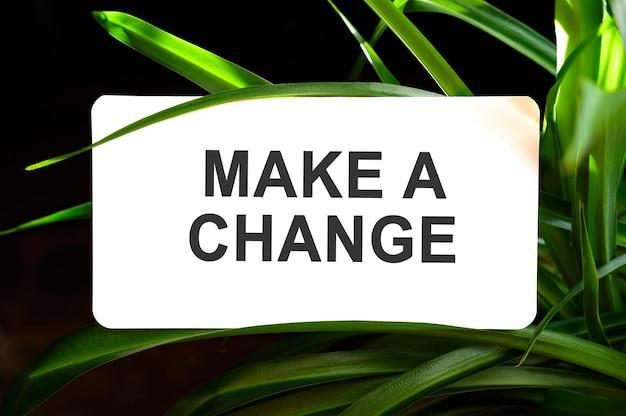 녹색 잎으로 둘러싸인 흰색에 변경 텍스트 만들기
