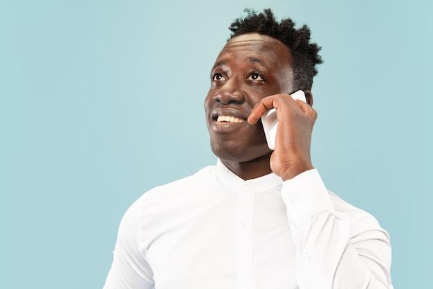 Effettuare una chiamata. giovane uomo afro-americano con lo smartphone.