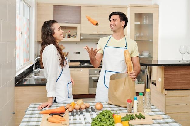 Делайте вынимание продуктов из продуктового пакета