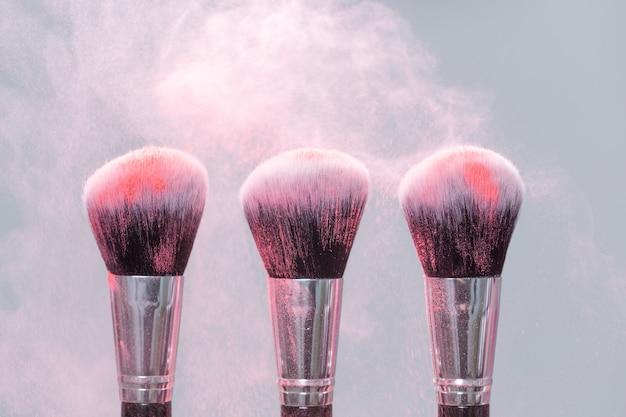 메이크업, 미용 및 미네랄 파우더 개념-밝은 배경에 핑크 파우더로 브러시.