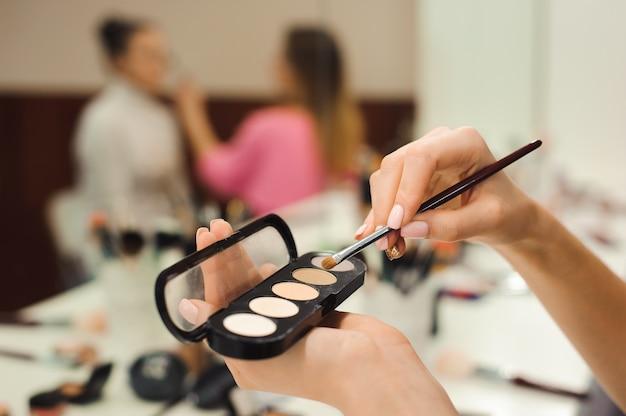 Кисть для макияжа, продукты, крупным планом. школа макияжа.