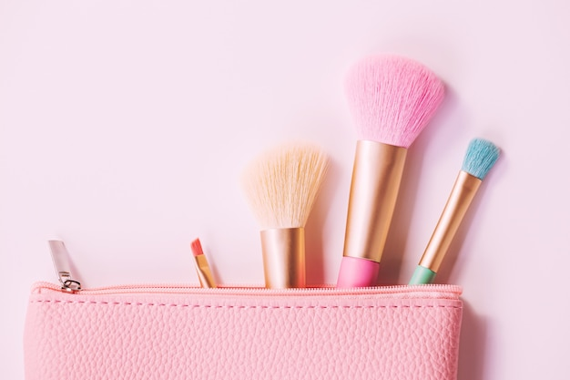 Кисти для макияжа с пудрой на белом пространстве