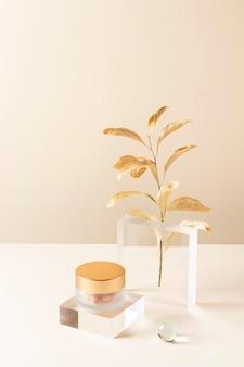 Концепция макияжа с контейнером и растением