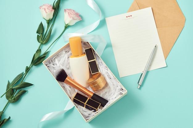 실내에서 세럼, 블러셔, 브러쉬, 크림 및 립스틱으로 선물 상자를 구성하십시오.