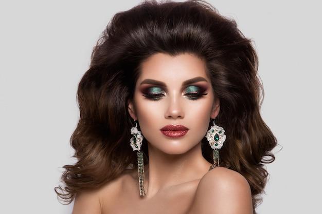 구성하다. 신선한 메이크업과 로맨틱 헤어 스타일을 가진 아름 다운 여자 모델의 매력적인 초상화.