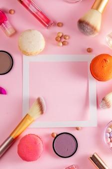 Макияж и миндальное печенье, изолированные на розовом