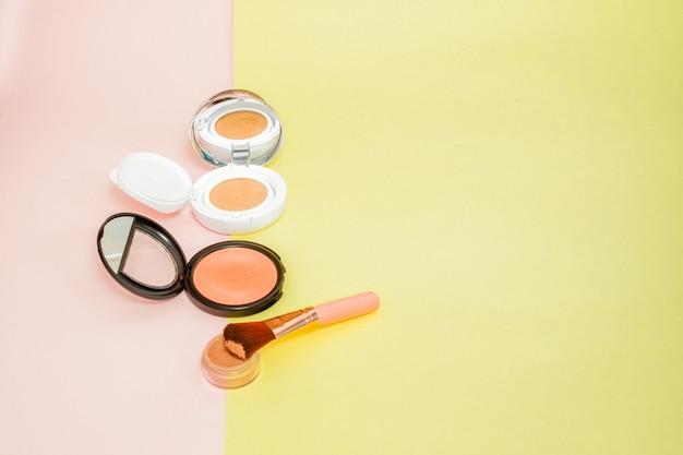 밝은 노란색과 분홍색으로 넘쳐나는 메이크업 제품