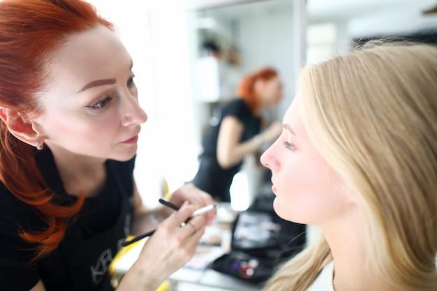 Визажист-стилист и клиент в салоне красоты