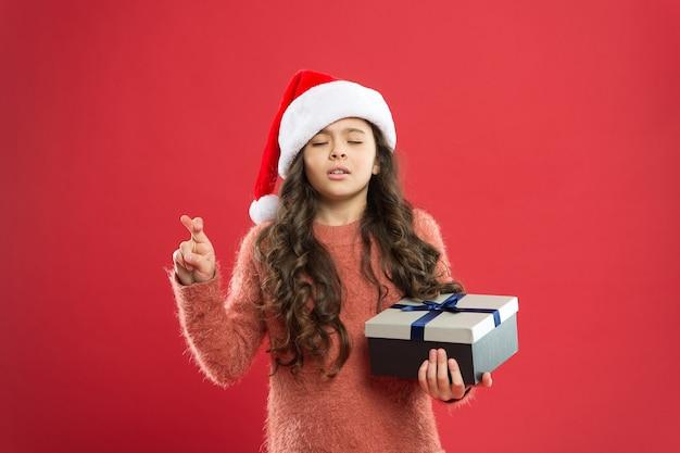 Загадать желание. все что я хочу на рождество. маленький ребенок наслаждается рождественской традицией. служба доставки подарков. эмоциональный ребенок. подарочная коробка владением маленькой девочки. зимние каникулы. счастливого рождества. подарок деда мороза.