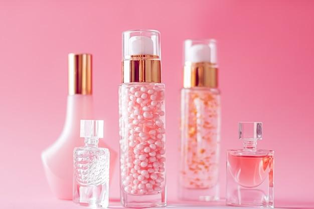 Косметика и косметика на розовом фоне