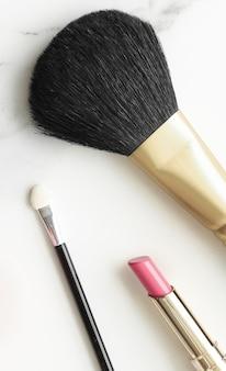 大理石のフラットのメイクアップと化粧品は、モダンなフェミニンなライフスタイルの美容ブログとファッションのインスピレーションのコンセプト
