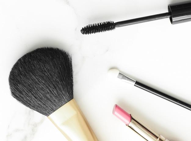 大理石のフラットレイの背景にあるメイクアップと化粧品の製品モダンなフェミニンなライフスタイルの美しさのブログ...