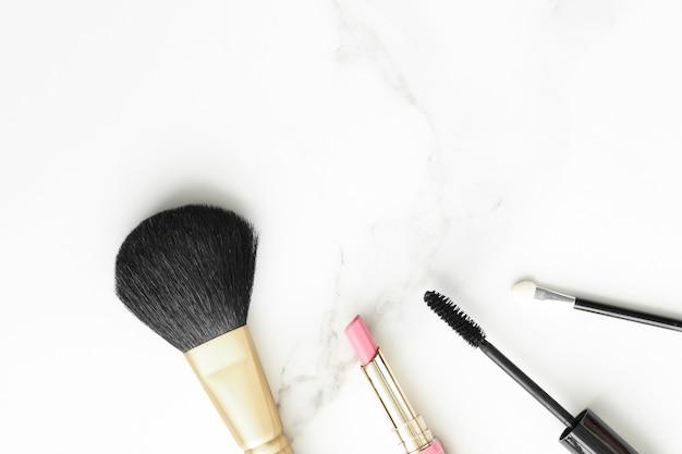 Макияж и косметика на мраморном фоне, блог о современной женской красоте и концепция вдохновения в моде