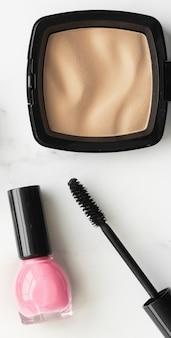 大理石のフラットレイ表面のメイクアップと化粧品製品モダンなフェミニンなライフスタイルの美しさのブログとファッションのインスピレーションのコンセプト