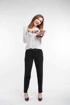メイクアップアーティスト、美容と人々のコンセプト。白のカラフルなアイシャドウとブラシのパレットを保持している美しい韓国の若い女性
