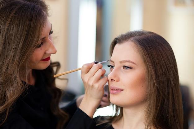 Визажист сделал макияж красивой девушке